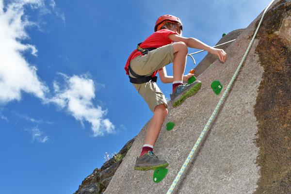 Klettern an der Kletterwand und am Klettersteig
