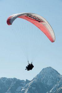 Gleitschirmflug über das Bergpanorama