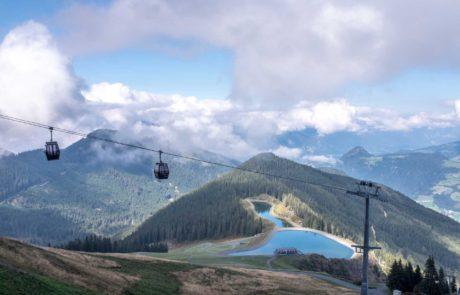 Mit der Gondelbahn über das Bergpanorama schweben