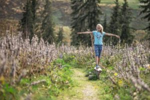 Balancieren im malerischen Bergpanorama