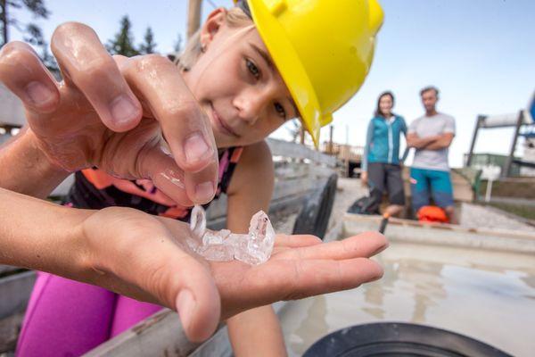Mädchen wäscht Bergkristalle aus