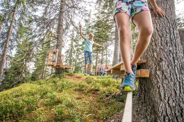 Kinder balancieren durch Slackline-Parcour