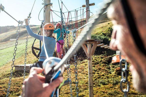 Personengruppe klettert im Seilgarten